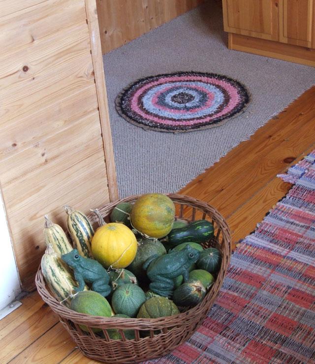 Множество вот таких ковриков помогут сохранить тепло.