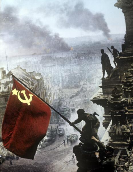 Знамя Победы над Рейхстагом, репродукция. Евгений Халдей. 1945 год