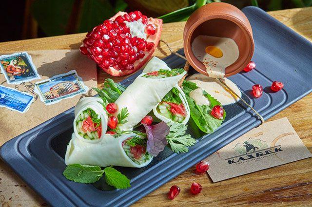 Рулет из сыра сулугуни с овощами