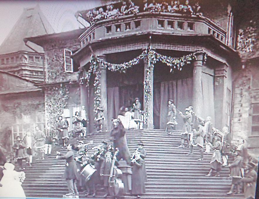 Балкон дворца в Покровском-Стрешневе с декорациями к фильму «Медвежья свадьба», 1925 г.