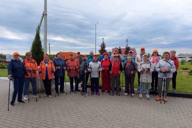 Все больше людей в Белгороде занимаются скандинавской ходьбой.