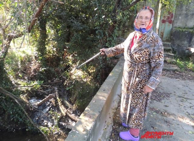 Мария Равченко показывает зловонный ручей