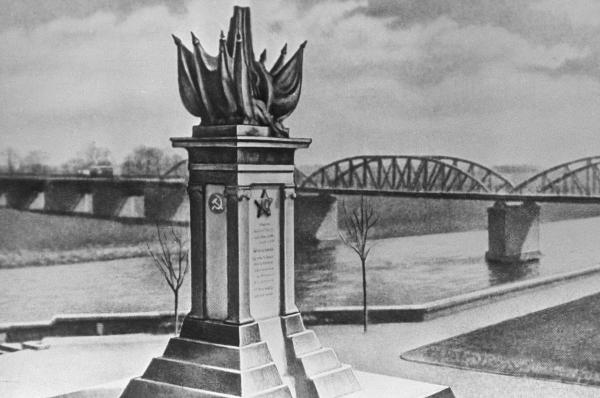 Монумент Встреча на Эльбе в Торгау, в память встречи советских и американских войск в Германии