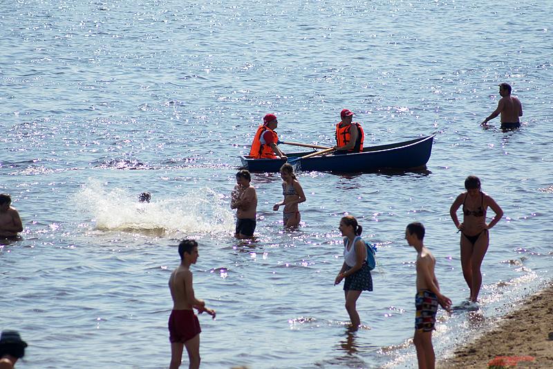 Несмотря на запрет, в Каме постоянно купаются пермяки.