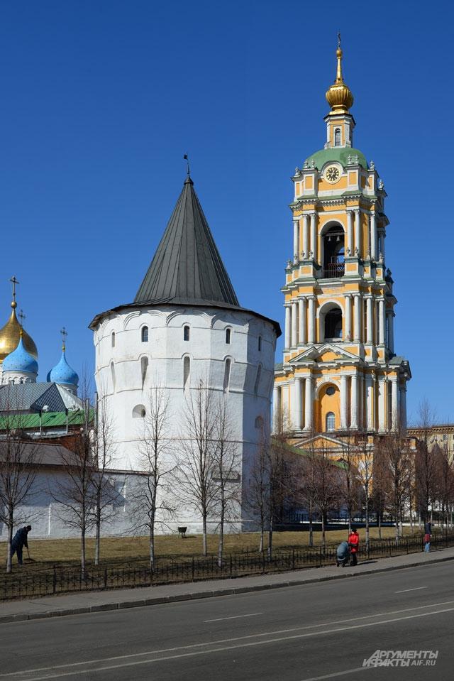 Новоспасский мужской монастырь на Крестьянской площади.