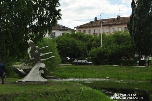 Возле скульптуры лебедей часто устраивали фотосессии.