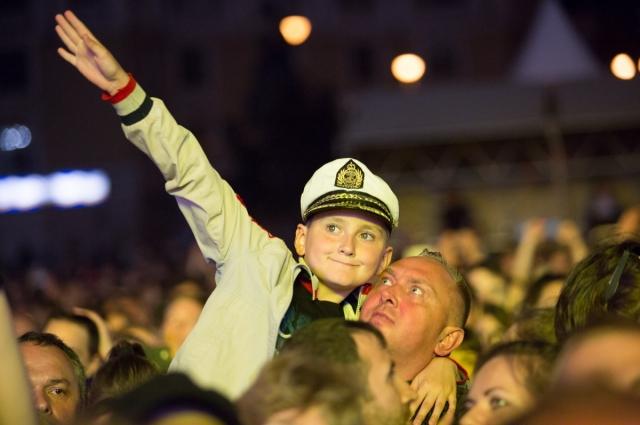 Музыке рад сын-фанат и папа-фанат.