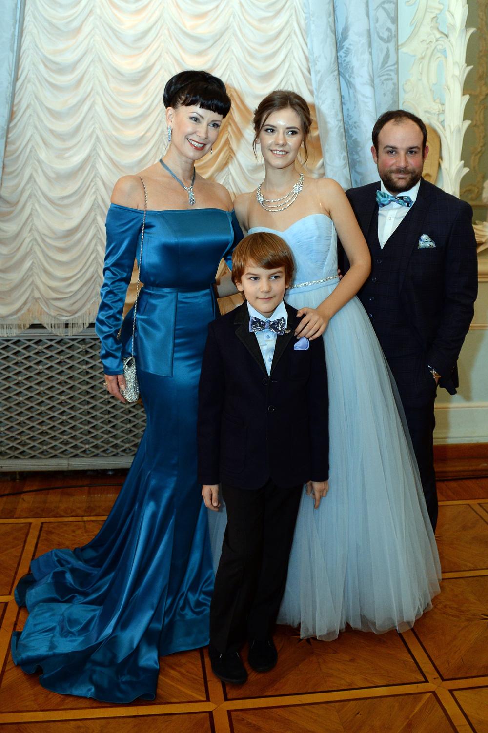 Актриса Нонна Гришаева с сыном Ильей, дочерью Анастасией и супругом Александром Нестеровым