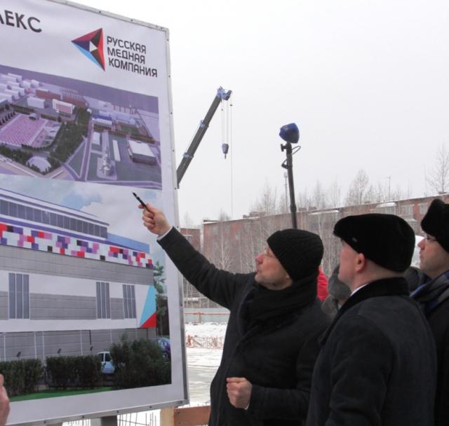 Председатель совета директоров РМК Игорь Алтушкин (слева) на стройплощадке будущего спортивного комплекса «Металлург» всё рассказал и показал губернатору Челябинской области Борису Дубровскому.
