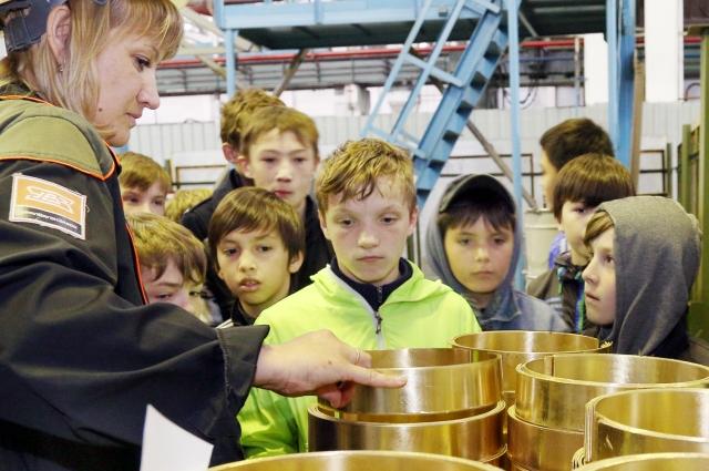 Ребятам показали, как из обычного куска железа можно получить великолепный инструмент.