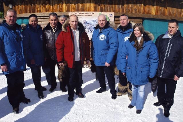 На фото в центре — президент Владимир Путин и глава Республики Хакасия Виктор Зимин.