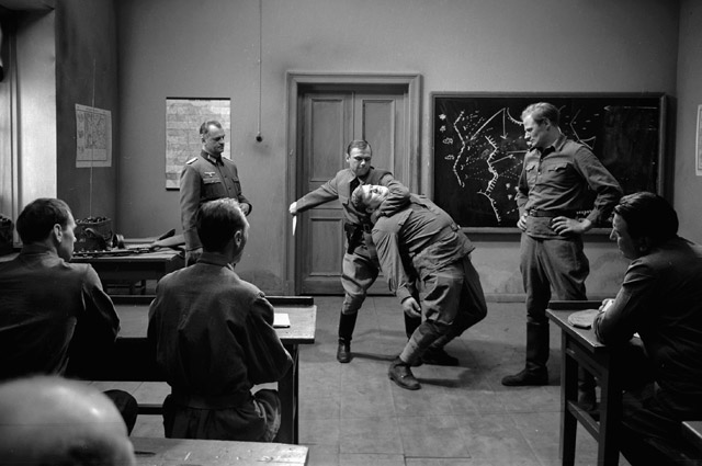 Подготовка военнопленных в немецкой разведшколе «Сатурн» для диверсий в тылу Красной армии. Сцена из фильма «Путь в Сатурн».