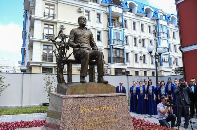 Памятник Рустему Яхину в Казани.