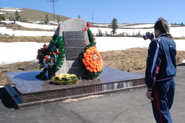 Памятник А. Лебедю на месте крушения вертолета.