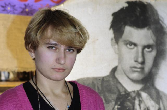 Елизавета Лавинская, московский скульптор, внучка поэта Владимира Маяковского на фоне портрета ее деда. 1996 г.