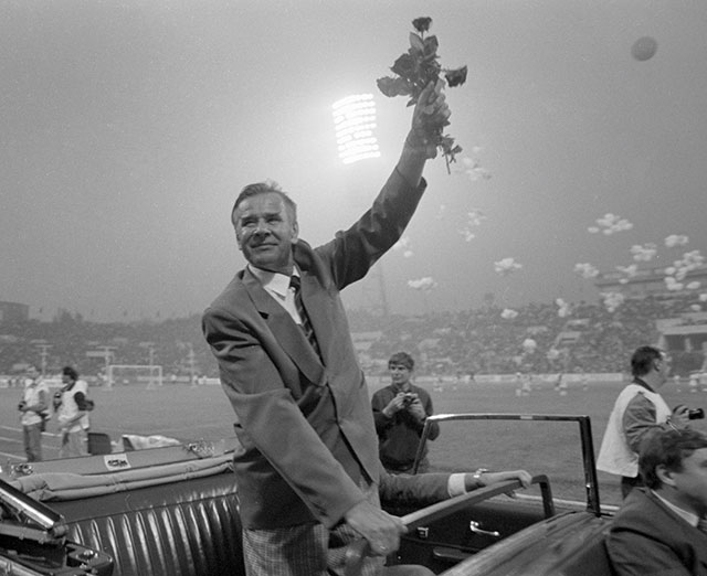 Лев Яшин совершает символический круг почёта постадиону «Динамо» перед футбольным матчем сборной мира— сборной «Динамо», посвящённого 60-летию вратаря.