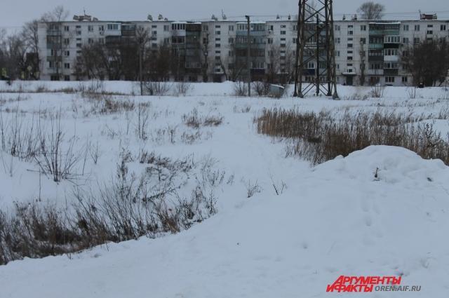 Кратчайший путь в город лежит через овраг, который весной и осень превращается в реку.