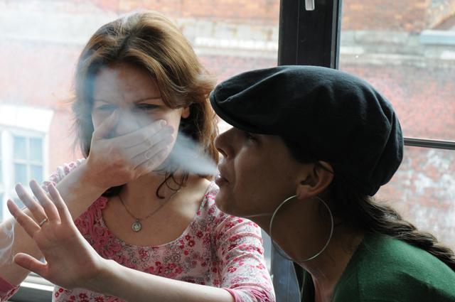 Женщину сигарета не украшает.