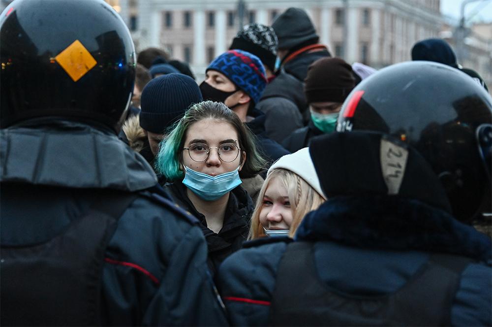 Участники несанкционированной акции сторонников Алексея Навального на Пушкинской площади в Москве.