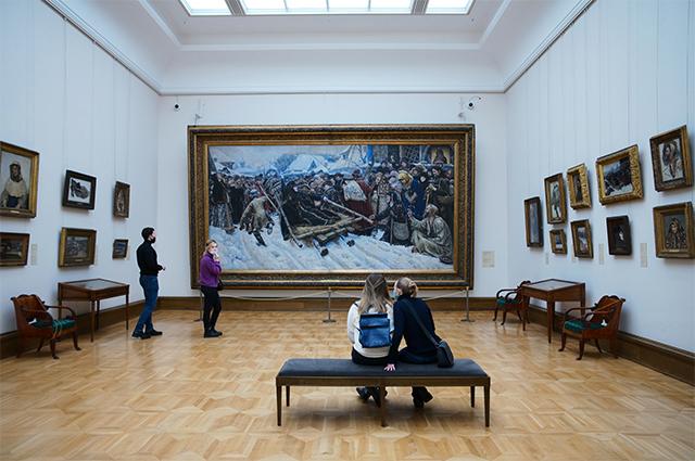 Посетители в зале В. И. Сурикова в Государственной Третьяковской галерее.