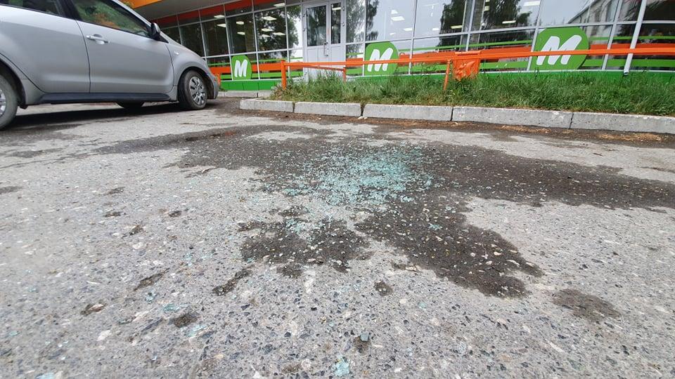 На асфальте остались осколки автомобильных стекол, разбитые пулями