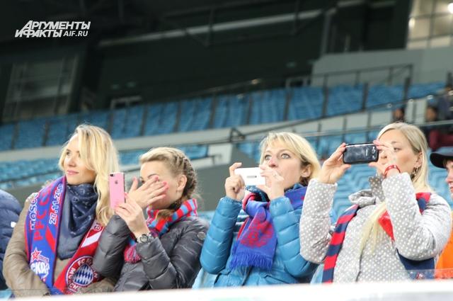 Среди представителей УЕФА оказались и миловидные юные барышни в шарфах ЦСКА, страстно болеющие за столичный клуб