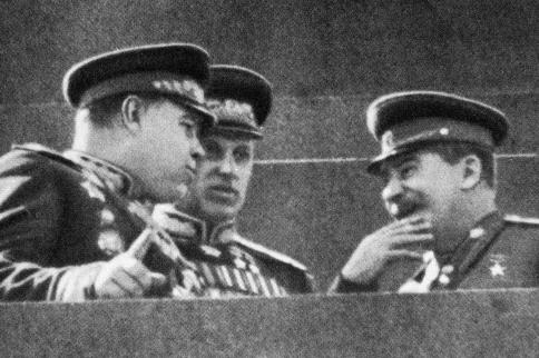 Иосиф Сталин и маршалы Константин Рокоссовский и Александр Василевский (слева).