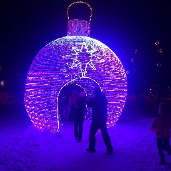 Огромная елочная игрушка в Барнауле