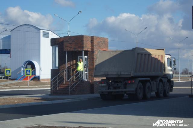 Так выглядит пункт весового контроля, который старательно объезжают грузовики.