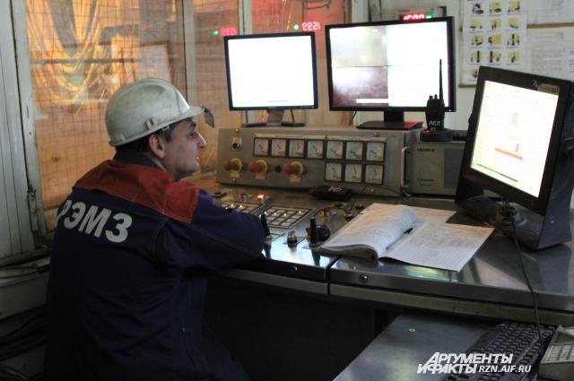 Операторы следят за технологическим процессом.