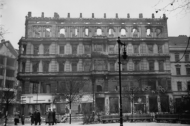 Последствия ночных авианалётов на Берлин в 1941 году.