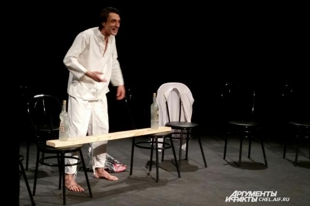 Актёр Михаил Сиворин в одиночку играет в спектакле «Ты чё такой похнюпый?».