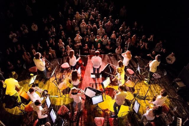 Симфонический оркестр RockestraLive исполняет британские и американские рок-хиты.