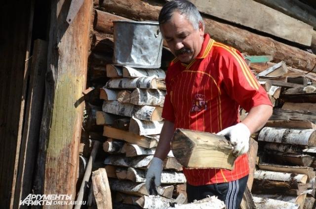 При сборе дров или хвороста наденьте на руки перчатки.