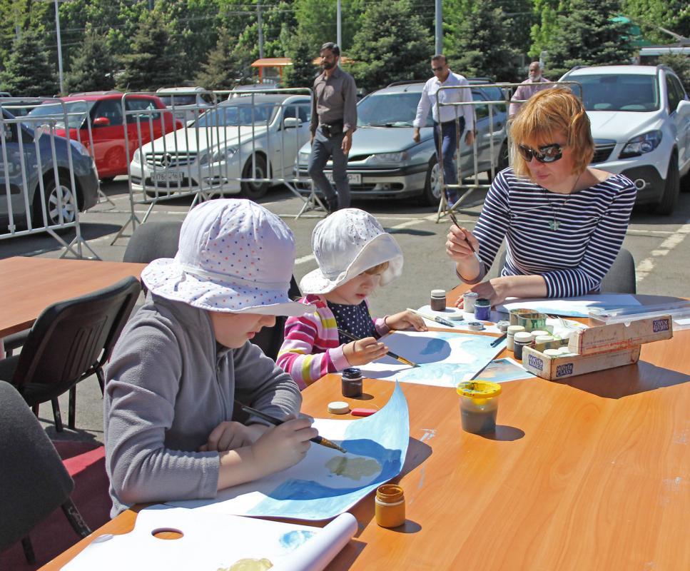 Семья Ахашевых приняла активное участие в флешмобе по созданию копии картины Ивана Айвазовского.