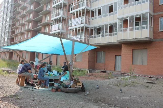 Люди продолжают жить в буквальном смысле на улице.