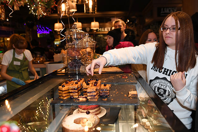 Посетители пробуют пирожные наоткрытии семейной кондитерской солиста группы «Руки Вверх» Сергея Жукова иего супруги Регины Бурд Cupcake Story наНовом Арбате.