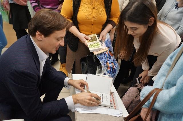 На встречу с писателем во Владимирскую областную библиотеку для детей и молодёжи пришло большое количество людей: в автографе и фото Санаев не отказал никому.