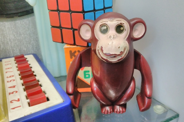 Витрины с советскими игрушками неизменно вызывают у посетителей возглас: «О! У меня такая была!» Игрушки задевают людей за живое.