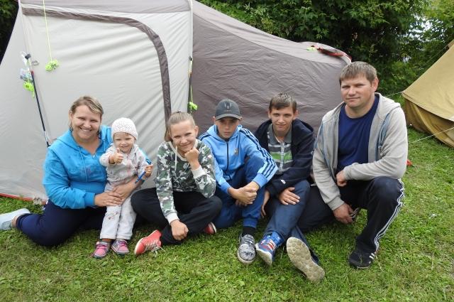 На турслёте семьи жили в палатках.