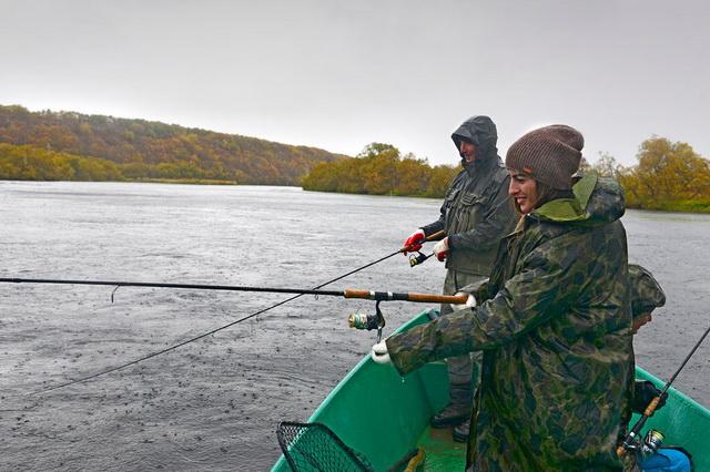 Кижуч в реку заходит, но почти весь изымается сетным ловом.
