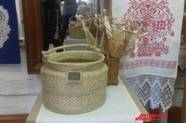 Посетителей выставки очень заинтересовали плетёные корзинки.
