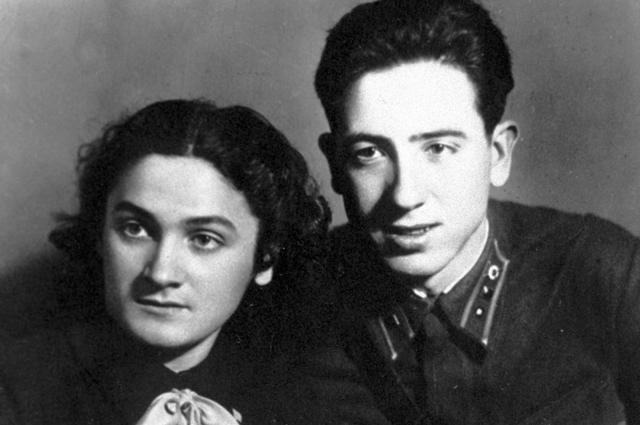 Герой Советского Союза Рубен Ибаррури с сестрой Амайей. 1941 г.
