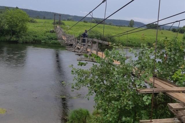 Переносить пострадавшего по шаткому мосту спасатели не решились.
