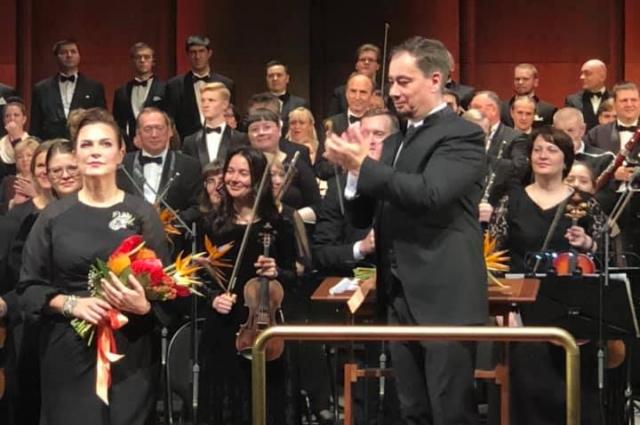 Красноярский академический симфонический оркестр (Россия), главный дирижёр Владимир Ланде.