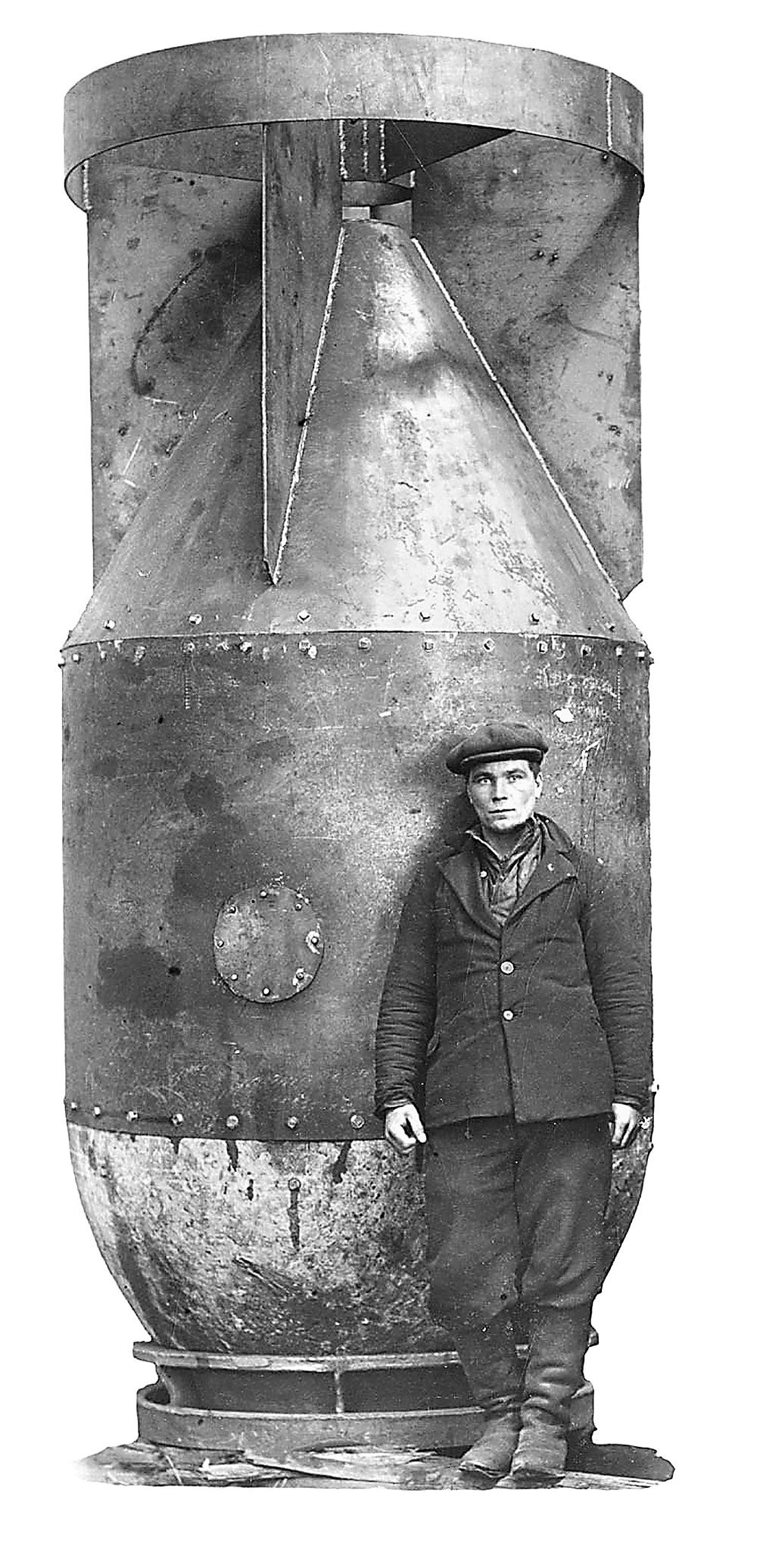 Корпус первой советской атомной бомбы «изделие 501». Для наглядности рядом позирует рабочий.