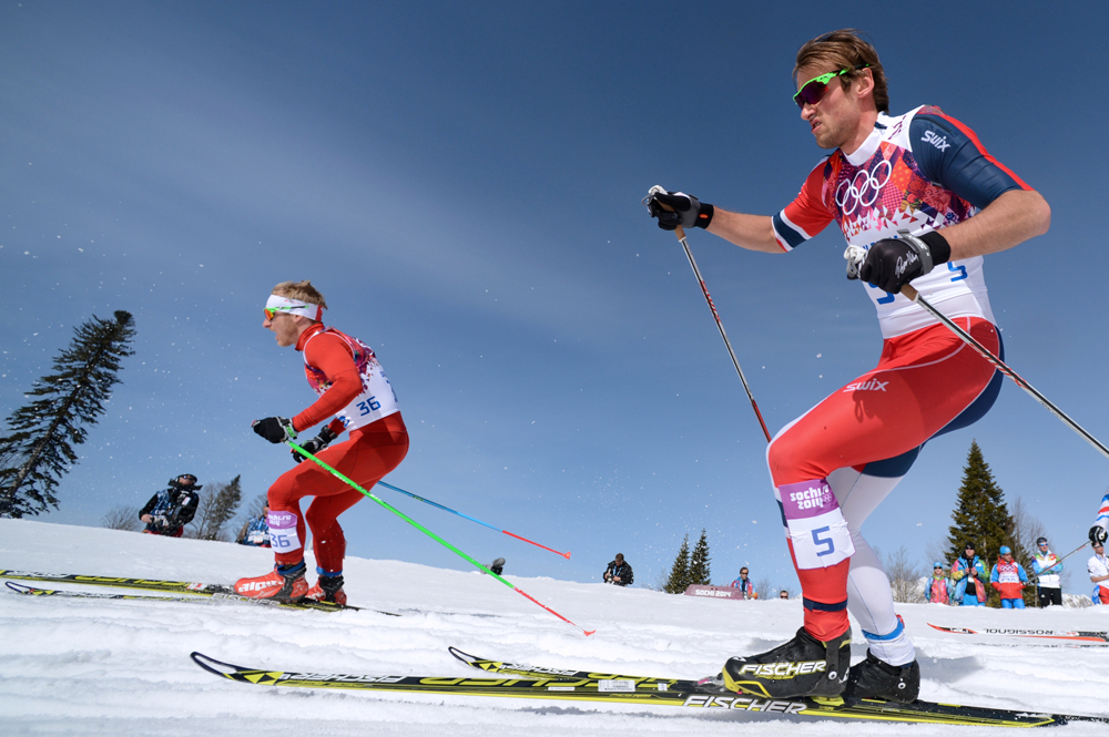Ремо Фишер (Швейцария) и Петтер Нортуг (Норвегия) на дистанции масс-старта в соревнованиях по лыжным гонкам среди мужчин на XXII зимних Олимпийских играх в Сочи.