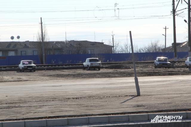 За забором железная дорога, за которой уже территория Украины