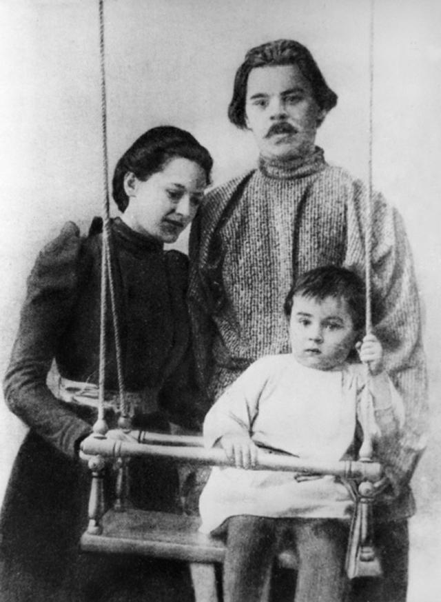 Максим Горький (Алексей Максимович Пешков) с женой Екатериной Павловной Пешковой и сыном Максимом