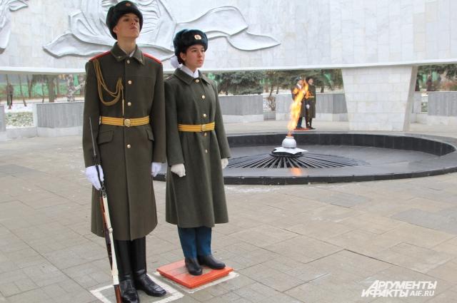 На Посту №1 в Ростове уже 40 лет стоят в Почётном карауле ростовские школьники